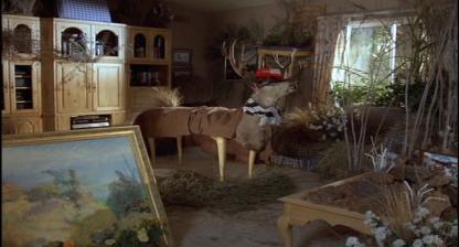 Mac-et-moi-salon-transformé-en-jardin-botanique-avec-un-cerf-empaillé