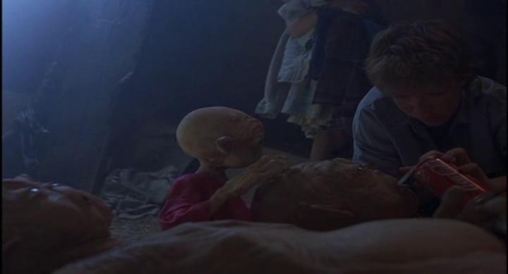 Mac-et-moi-un-jeune-garçon-donne-àboire-à-des-aliens-malades-dans-une-grotte