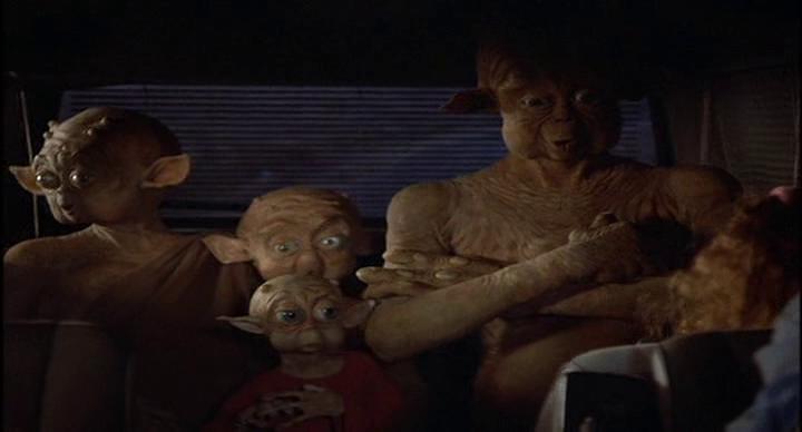 Mac_et_moi-famille-d'aliens-croisant-les-bras-dans-une-voiture