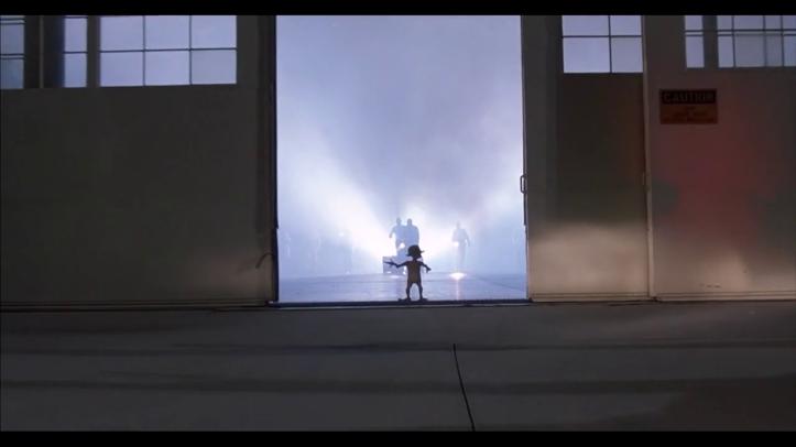 Mac_et_moi-petit-alien-face-à-des-militaires-devant-la-porte-ouverte-d'un-hangar