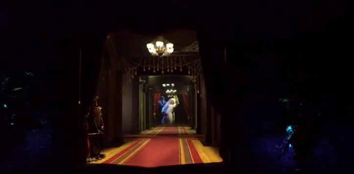 mélaniephantom-manor-melanie-poursuivit-par-le-fantome-dans-un-corridor