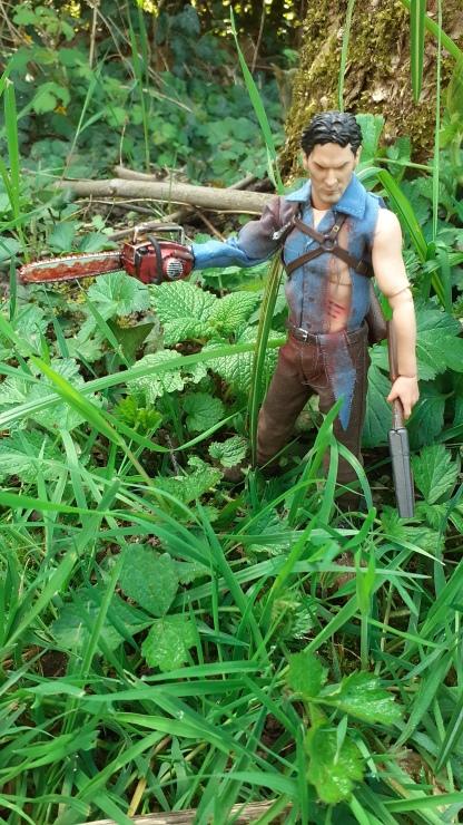 Mezco-Toys-Evil-Dead-2- Figurine-12-One-ash-williams-dans-un-jardin