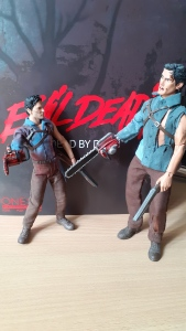 Mezco-Toys-Evil-Dead-2- Figurine-12-One-Ash-williams-de-chez-mezco-toyz-et-ash-williams-de-chez-neca-retro-cloth