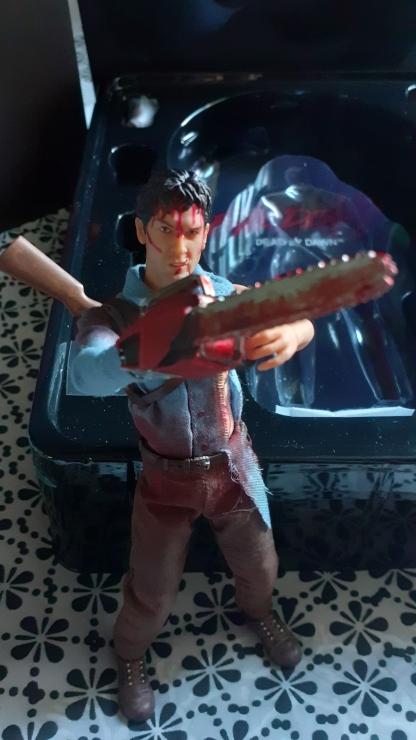 Mezco-Toys-Evil-Dead-2- Figurine-12-One-ash-williams-le-visage-ensanglanté