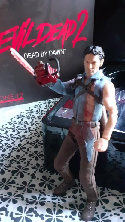 Mezco-Toys-Evil-Dead-2- Figurine-12-One-ash-williams-posant-avec-sa-tronconneuse