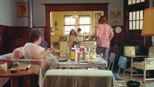 gilbert-grape-bonnie-sur-son-canapé-pendant-que-ses-enfants-débarassent-la-table