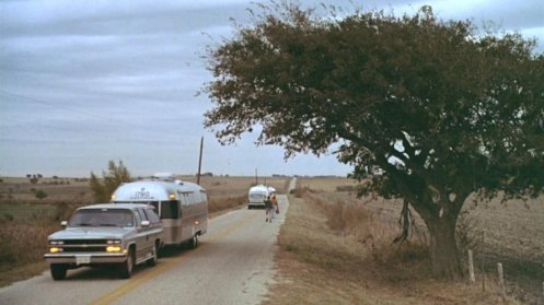 gilbert-grape-des-caravanes-passent-sur-une-route