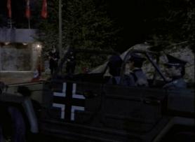 highlander-la-serie-duncan-dans-une-jeep-s'arrêtant-devant-un-camp-nazis
