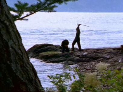 highlander-serie-duncan-sur-le-point-de-décapiter-un-immortel-sur-un-rocher-près-de-la-mer