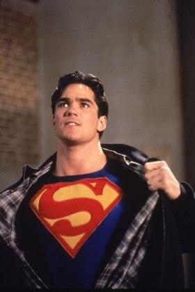 lois-et-clark-les-nouvelles-aventures-de-superman-clark-kent-craquant-sa-chemise-dévoilant-l'embleme-de-superman