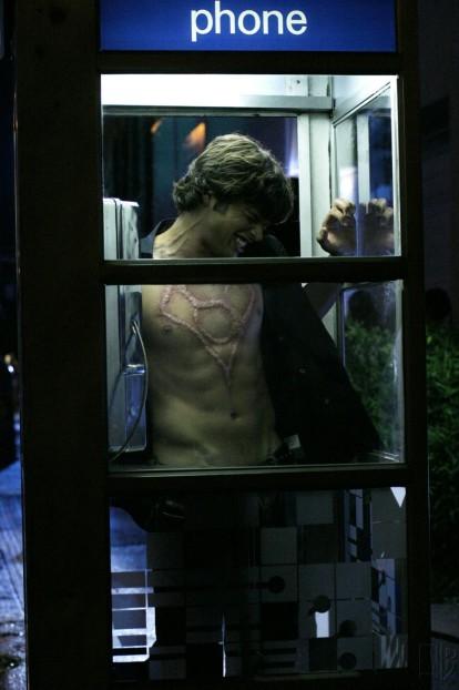 Smallville-clark-dans-une-cabine-téléphonique-souffre-à-cause-d'un-symbole-sur-son-torse