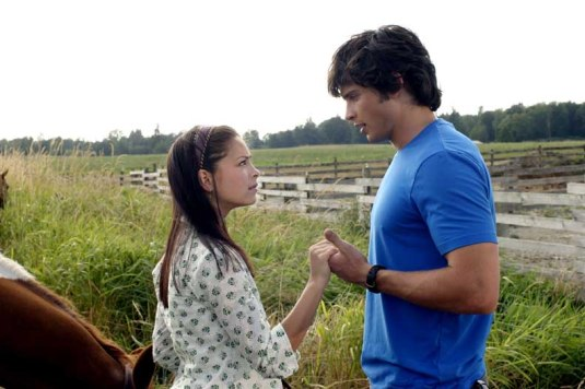 """SMALLVILLE """"Phoenix"""" (Episode #302) Image #SM302-2348 Pictured (left to right): Kristin Kreuk as Lana Lang, Tom Welling as Clark Kent Photo Credit: © The WB/David Gray"""