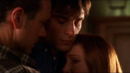 Smallville-clark-prenant-ses-parents-dans-ses-bras