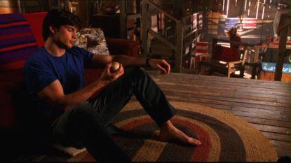 Smallville-clark-seul-dans-sa-grange-jouant-avec-une-balle-de-baseball