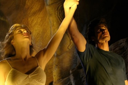 Smallville-clark-tenant-levant-le-bras-de-kara-dans-la-grotte-des-kawatche