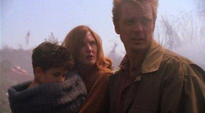Smallville-jonathan-et-martha-kent-découvrent-clark-dans-un-champ