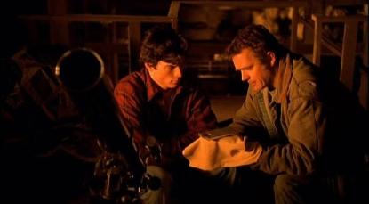 Smallville-jonathan-montre-une-clé-à-clark-dans-la-grange