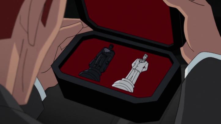 Superman-red-son-lex--ouvre-une-boite-contenant-des-pièces-d'échec
