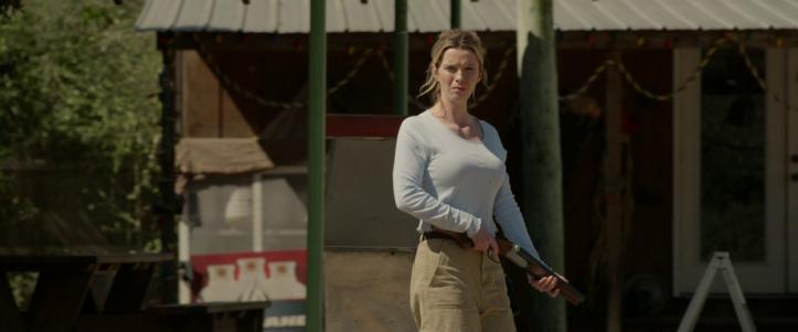 The-hunt-2020-une-femme-armée-d'un-fusil-sort-d'une-station-service