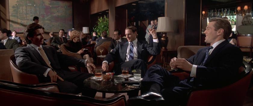 american-psycho-patrick-bateman-discutant-à-table-dans-un-bar-avec-ses-collègues