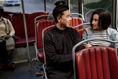 Ip-man-4-le-dernier-combat-yip-man-discute-avec-une-jeune-fille-dans-un-bus