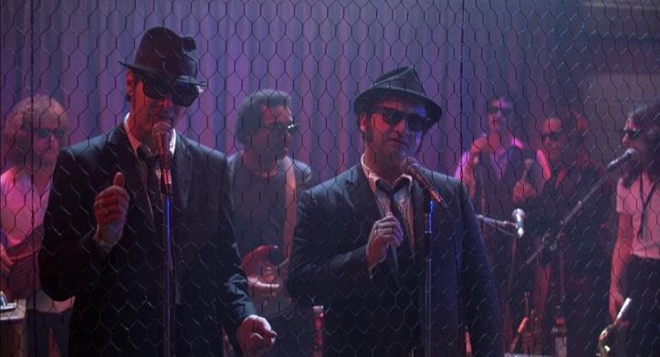 Les-Blues-Brothers-Elmood-et-jake-chantent-dans-un-bar-country