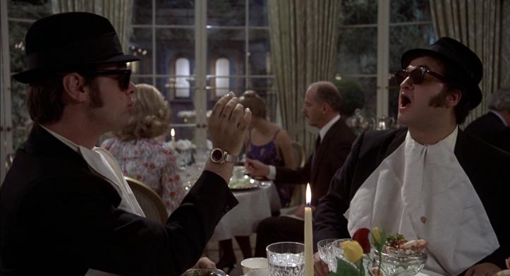 Les-Blues-Brothers-Elmood-et-jake-mangent-dans-un-restaurant-chic