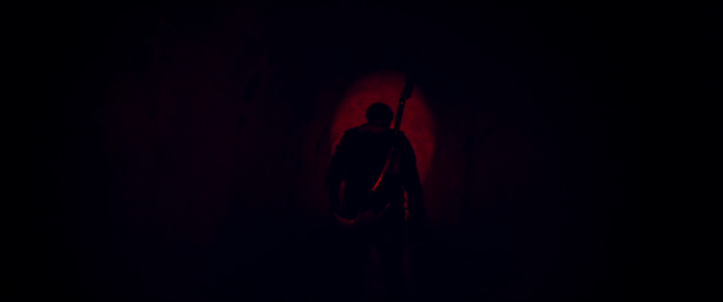 Mandy-2018-red-armée-d'une-hache-marche-dans-un-long-couloir-obscur