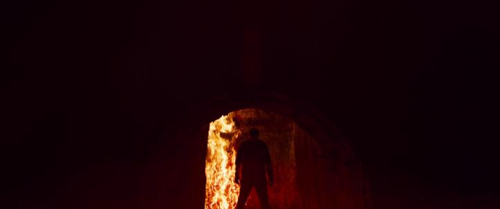 Mandy-2018-red-face-à-des-flammes