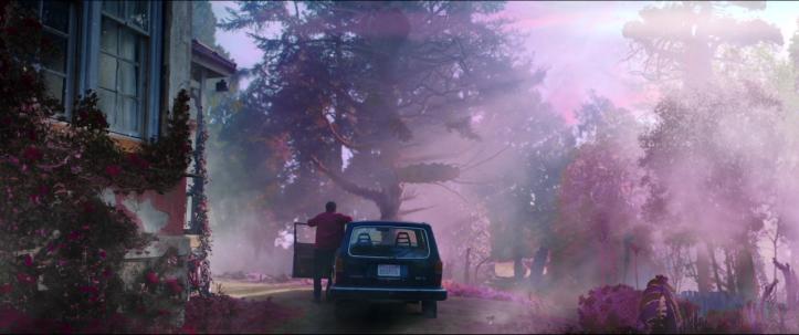 Color-Out-of-Space-un-homme-sort-de-sa-maison-entourée-de-végétation-violacée-monte-dans-sa-voiture