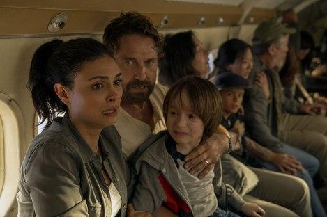 greenland-2020-un-homme-tenant-son-fils-en-pleure-dans-ses-bras-regarde-sa-femme-apeurée-parmi-des-passagers-d'un-avion