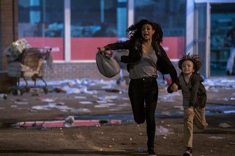 greenland-2020-une-femme-tenant-la-main-de-son-fils-court-en-hurlant-en-sortant-d'un-supermarché-vendalisé